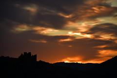 DSC_1547 (griecocathy) Tags: paysage lever soleil ciel nuage montagne ruine château noir orange bleu gris jaune crème blanc
