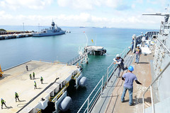 "Military Sealift Command civilian mariner assigned to USS Emory S. Land tosses a line to the pier (#PACOM) Tags: australia as39 militarysealiftcommand msc emorysland hmasstirling fremantle ran royalaustraliannavy usindopacificcommand ""usindopacomwestern"