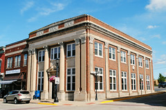 Former First National Bank of Platteville (Cragin Spring) Tags: platteville plattevillewi plattevillewisconsin wisconsin wi southwestwisconsin unitedstates usa unitedstatesofamerica architecture firstnationalbank columns firstnationalbankofplatteville building bank oldbuilding