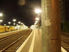 K(l)eine Apfelplantage (mkorsakov) Tags: münster hbf bahnhof mainstation sticker aufkleber laterne lantern apple silber silver nacht night licht light leer empty