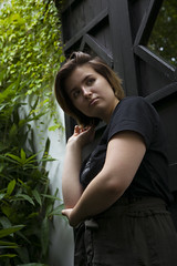 Seitwärts mit der Hand in den Haaren (Markus Holsträter) Tags: nikon d3300 deutschland bochum botanischergarten chin chinesischergarten frau girl model pflanzen mensch person outside tür holztür