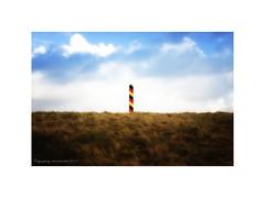 Grenze (Roland Knechtel) Tags: grenze grenzpfahl deutsche germany himmel gras damm schutzdamm farbig