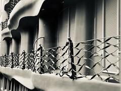 "Casa Milà ""La Pedrera"", Passeig de Gràcia. Modernisme (Antoni Gaudí, 1912). (heraldeixample) Tags: heraldeixample bcn barcelona spain espanya españa spanien catalunya catalonia cataluña catalogne catalogna arquitectura architecture architekture pensaernïaeth 架构 arkitektur architettura สถาปัตยกรรม arkitettura modernisme artnouveau modernstyle tiffany jugendstil sezessionstil wienersezession stile900 floreale liberty domenecimontaner gaudí ngc"