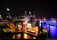 View from Elbpromenade, Hamburg, Germany (JH_1982) Tags: light columbus building skyline architecture boats lights harbor cityscape harbour haus landmark boote architektur herzog hafen hafencity meuron konzerthaus binnenhafen elbphilharmonie elbpromenade филармония sportboothafen эльбская color colour luz colors night germany dark evening noche glow colours darkness nacht lumière hamburg glowing hamburgo nuit notte hambourg dunkel beleuchtung amburgo 光 ночь 夜 свет beleuchtet leuchten 晚上 汉堡 гамбург ハンブルク 함부르크 deutschland alemania allemagne germania ドイツ 德国 германия
