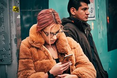 Fluffy (Tom Levold (www.levold.de/photosphere)) Tags: people candid street portrait porträt youngwoman furcoat jungefrau pelzmantel