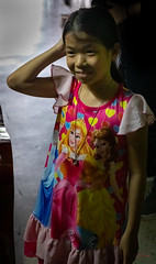 Daily Life in Chinatown (grab a pic) Tags: canoneos5dmarkiv canon eos 5d bangkok bangkokmetropolitanregion thailand 2019 yaowaratroad chinatown streetphotography outside people portrait girl indoor