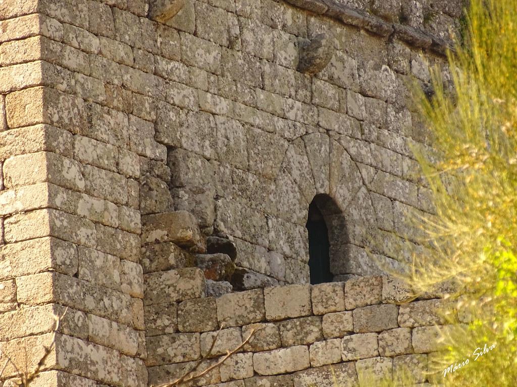 Águas Frias (Chaves) - ... porta de acesso à torre de menagem do Castelo de Monforte de Rio Livre (monumento nacional)