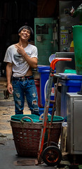 Daily Life in Chinatown (grab a pic) Tags: canoneos5dmarkiv canon eos 5d bangkok bangkokmetropolitanregion thailand 2019 yaowaratroad chinatown streetphotography outdoor outside street people portrait man cat