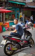 Daily Life in Chinatown (grab a pic) Tags: chinatown bangkok street portrait people man canon thailand outside eos outdoor streetphotography 5d 2019 yaowaratroad bangkokmetropolitanregion canoneos5dmarkiv motorcycle