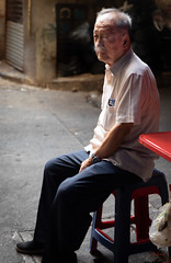 Daily Life in Chinatown (grab a pic) Tags: canoneos5dmarkiv canon eos 5d bangkok bangkokmetropolitanregion thailand 2019 yaowaratroad chinatown streetphotography outdoor outside street people portrait man smoking