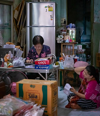 Daily Life in Chinatown (grab a pic) Tags: canoneos5dmarkiv canon eos 5d bangkok bangkokmetropolitanregion thailand 2019 yaowaratroad chinatown streetphotography people portrait indoor women