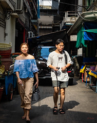 Daily Life in Chinatown (grab a pic) Tags: canoneos5dmarkiv canon eos 5d bangkok bangkokmetropolitanregion thailand 2019 yaowaratroad chinatown streetphotography outdoor outside street people portrait man woman