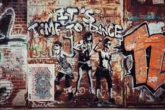 Tanzen: Die senkrechte Ausdrucksform horizontaler Begehrlichkeiten legalisiert durch Musik. (DOKTOR WAUMIAU) Tags: fuji fujifilm fujigear fujilove fujix fujixt20 lightroom myfujifilm xt20 xf35mmf2 xf35 xf35mm streetart street partyhard graffiti rust rost arenaberlin arena urbanart urban tanz dance ishootraw vscofilm vsco vscogermany