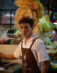 Daily Life in Chinatown (grab a pic) Tags: canoneos5dmarkiv canon eos 5d bangkok bangkokmetropolitanregion thailand 2019 yaowaratroad chinatown streetphotography outdoor outside street people portrait man chef kitchen