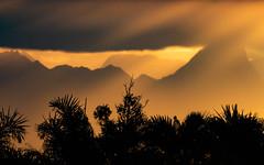 Spikes (Faapuroa) Tags: orange soleil sunset moorea tahiti polynésie polynesia sun rayon montagne mountain ombre lumière shadow light nikon coolpix p1000