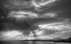 (237/19) Porque no todos los días son iguales (Pablo Arias) Tags: pabloarias photoshop nx2 cielo nubes arquitectura paisaje bn blancoynegro monocromático bahía atardecer ocaso benidorm alicante