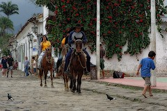 Scène de rue à Paraty (Edgard.V) Tags: brasil brésil brasile brazil paraty rj chevaux horses cavalos cavalli caballos street rue rua calle tropical tropicale