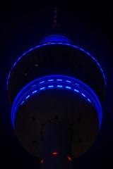 Blue Port Hamburg 2019 - Der blaue Fernsehturm (Chiller_46) Tags: blueport hamburg 2019 blau nacht night nightshot heinrichhertz funkturm fernsehturm erleuchtet beleuchtet himmel dark empor view hinaufgucken unterhalb plattform fenster rot blinkt nikon sigma art prime festbrennweite
