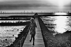 The summer is on... (Zoom58.9) Tags: sky clouds sunset people human beach monochrome bw family europe germany outside path himmel wolken sonnenuntergang menschen leute familie strand sw europa deutschland draussen weg canoneos50d landscape landschaft