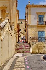 580 Sicile Juillet 2019 - Noto, ruelle le long de la Cattedrale di Noto (paspog) Tags: sicile sicilia sicily noto juli july juillet 2019