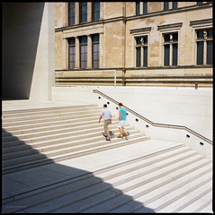 * (Konrad Winkler) Tags: berlin mitte museumsinsel neuesmuseum jamessimongalerie treppe schatten menschen langzeitbelichtung heliopannd09 kodakportra160 hasselblad503cx 6x6 mittelformat epsonv800