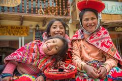 Hablad por mis palabras y mi sangre (.KiLTRo.) Tags: kiltro peru cusco ollantaytambo girls kids children smile portrait three colour color quechua