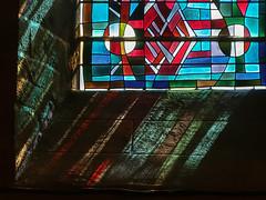 Vitrail, église de Villedieu-les-Poëles # 2 (Les 3 couleurs) Tags: church eglises reflets reflection vitraux normandie normandy villedieulespoëles