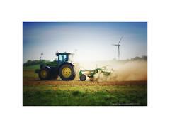 Feldarbeit (Roland Knechtel) Tags: traktor landarbeit feldarbeit pflug pflügen bestellen acker querformat farbig deutschland germany roland knechtel landschaft natur windrad windräder energie