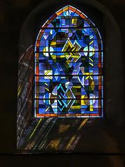 Vitrail, église de Villedieu-les-Poëles # 1 (Les 3 couleurs) Tags: church eglises reflets reflection vitraux normandie normandy villedieulespoëles