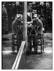Les jumeaux. (francis_bellin) Tags: olympus blackandwhite reflet casquette homme netb photoderue ville blackandwhitephoto streetphotographie noiretblanc espagne nb streetphoto street rue andalousie bw 2019 lunettesnoire bar málaga