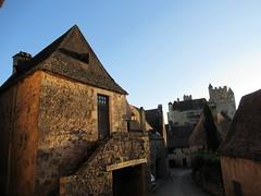 Stone house, evening sunlight, view to Château de Beynac, Beynac-et-Cazenac, France (Paul McClure DC) Tags: beynacetcazenac périgord dordogne france nouvelleaquitaine sept2019 castle château historic architecture