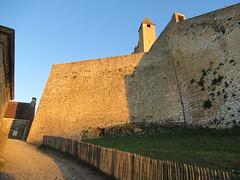 Wall of Château de Beynac, evening sunlight, Beynac-et-Cazenac, France (Paul McClure DC) Tags: beynacetcazenac périgord dordogne france nouvelleaquitaine sept2019 castle château historic architecture