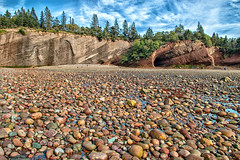Une marche d'entorses / You can sprain a foot on it (Donald Plourde) Tags: baie fundy bay stmartins plage beach galets roches rocks rochers caves grottes