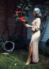 Rosita 'la dueña' (Pierre♪ à ♪VanCouver) Tags: perú lima miraflores mujer pérou euphorbiapulcherrima poinsettia minoltasrt101 scannedcolorslide 35mmfilm
