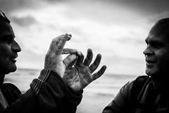 Friends. (LACPIXEL) Tags: friend ami amigo friends amis amigos mer mar sea main hand mano discussion talk discusión ciel sky cielo homme hombre man street rue calle nikon nikonfr nikonfrance noiretblanc blancoynegro blackwhite flickr lacpixel