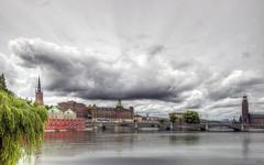 """... """"La ciudad nace, en mi opinión, por darse la circunstancia de que ninguno de nosotros se basta a sí mismo, sino que necesita de muchas cosas."""" PLATÓN (franma65) Tags: estocolmo stockholm"""