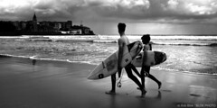 Surf Friends-BP81291bw-panorama (Rob Blok / BLOK PHOTO) Tags: spain travel beach surfers nikon fx 28mm blackwhite panorama blokphoto robblokphotography robblokfotografie