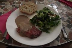 Gegrilltes Schweinenackensteak mit Maronen-Apfel-Soße, Salat und Baguette (multipel_bleiben) Tags: essen zugastbeifreunden schweinefleisch sose obst kastanie sala baguette