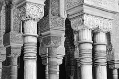Säulenlabyrinth - Alhambra (orangefield-images) Tags: säulen bögen gewölbe mauern durchblicke granada alhambra schwarzweis monochrom ornamente inschriften alt historisch architektur andalusien nasriden palast