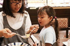SAKURAKO and SAKIKO - Share meals. (MIKI Yoshihito. (#mikiyoshihito)) Tags: sakurako 櫻子 さくらこ 娘 daughter サクラコ 長女 10歳10ヶ月 eldestdaughter sakiko 咲子 さきこ サキコ 次女 3歳8ヶ月 secondeldestsister cafe