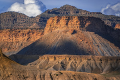 The Giants- Utah (Flortography) Tags: moab utah america landscape sony cybershot cybershotrxiv professional professionalphotography day daytime daylight outdoors outdoor nature natura naturale grass rocks sky clouds skyline horizon weather border mountain mountains mountainrange usa hills hillside grassland meadow field land landmark sand ridge sunny