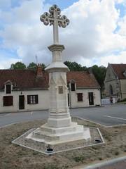 Place de l'église d'Ainay le Viel