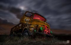 Clasicos de la Noche, (Camion abandonado) (JoseQ.) Tags: camion luces camionabandonado abandono noche night nubes cielo colores