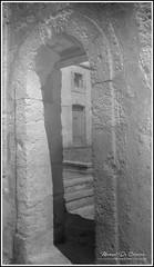 Irréel (Photo Manu) Tags: lectoure france architecture porte door entrée entrance rêve dream nb bw noir blanc black white olympus