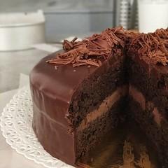 Deliziosa torta Assoluta al CIOCCOLATO! 🍫🍫🍫 . Una deliziosa, 😋 morbida ed umida 😍😍😍 MUD CAKE al cioccolato FONDENTE con farina di mandorle ❤️❤️❤️ farcita con (paolaazzolina) Tags: birthday love cakelove tortadicompleanno caketutorial cakery cakedecorator cakedesign fudge darkchocolate paolaazzolina torta milkchocolate cake cakeporn mudcake jlo cioccolatofondente cakedesigner choco ariel cioccolato plumcake ricette birthdaycake tortaalcioccolato arianagrande whitechocolate ricetta chocolate