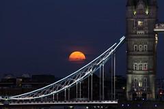 Rising moon (Thomas Schirmann) Tags: londres london angleterre england lune pleinelune moon fullmoon harvestmoon towerbridge