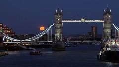 Harvest Moon (Thomas Schirmann) Tags: londres london angleterre england lune pleinelune moon fullmoon harvestmoon towerbridge