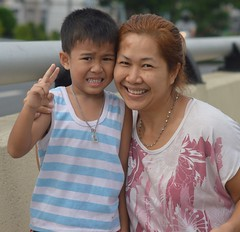 mother and son on a pedestrian bridge (the foreign photographer - ฝรั่งถ่) Tags: mother son child pedestrian bridge bangkhen bangkok thailand nikon d3200