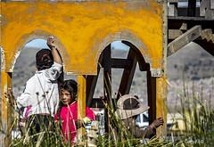 Hora de jugar (Gaby Fil Φ) Tags: puno perú uros islasflotantesdelosuros islasdeltiticaca titicaca lagotiticacaperú surdelperú etnias latinoamérica sudamérica