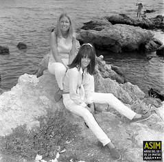 Kate Hughes i una amiga (Arxiu del So i de la Imatge de Mallorca) Tags: majorca mallorca roques rocks costa rocas coast dones mujeres women capdepera calarajada